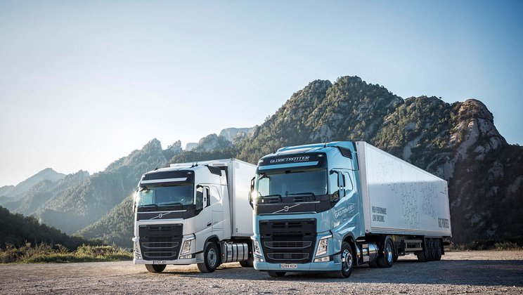 The Volvo FH LNG for long-distance operations drives natural gas or biogas
