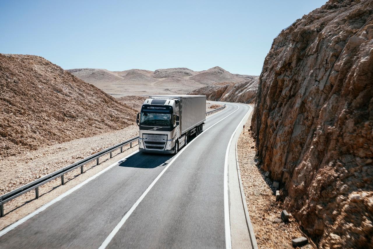 Nákladné auto jazdí po horskej púštnej krajine